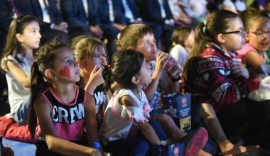 Karesili vatandaşlar atık getirdi, sinema izledi