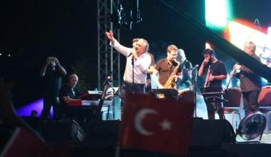 Volkan Konak, türküleriyle 20 bin İzmitliye Zafer Bayramı coşkusunu yaşattı