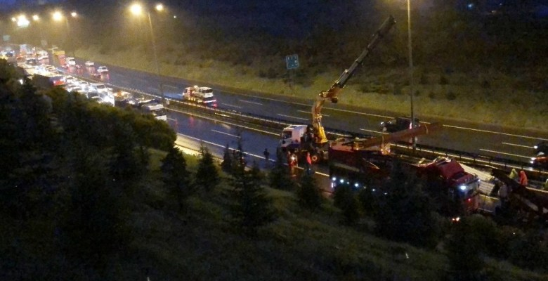 Devrilen tırın kapattığı TEM 3,5 saat sonra trafiğe açılabildi