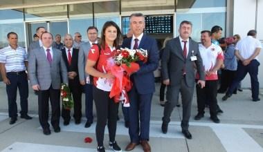 Dünya Şampiyonu Habibe, çiçeklerle karşılandı