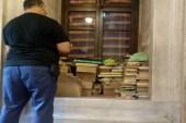 Eyüp Sultan Camisi'nde Kur'an-ı Kerim ve ilmihal kitaplarının yere bırakılmasına tepki