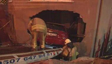 Kontrolden çıkan otomobil, iki araca çarptıktan sonra eve daldı
