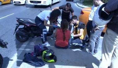 Taksiyle çarpışan motosikletli kadın, aracın ön camına düştü