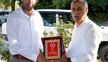 Yenişehir Belediye Başkanı Aydın'dan İHA'ya plaket