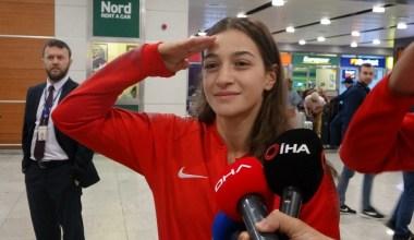 Dünya ikincisi boksör Buse Naz Çakıroğlu'ndan havalimanında asker selamı