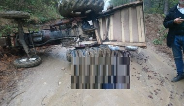 Kestane taşıdığı traktörün altında kalarak hayatını kaybetti