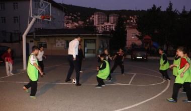 Okul ziyaretinde çocuklarla maç yaptı