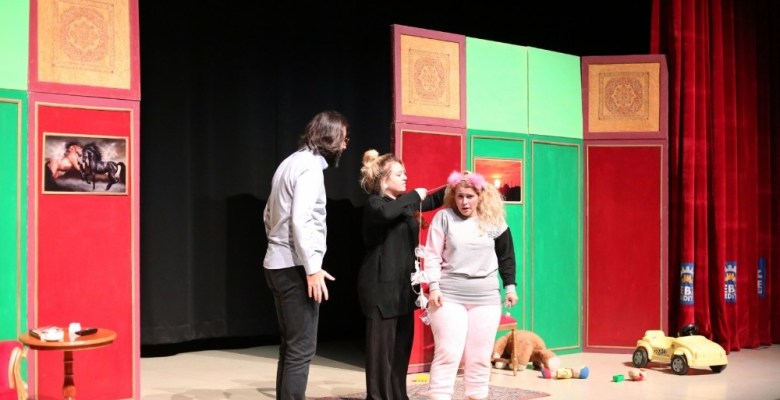 """Çocuklar """"Neşeli Aile"""" tiyatrosunu çok sevdi"""