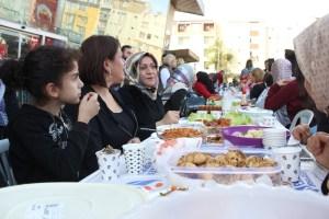 Vatandaşlar kendi yaptıkları yemekleri komşularıyla paylaştı