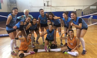 Voleybol bayanlar 2 . ligde mücadele eden Marmaris Akademi