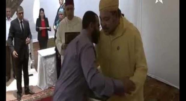 في سابقة من نوعها : الملك محمد السادس يتفادى تقبيل اليد