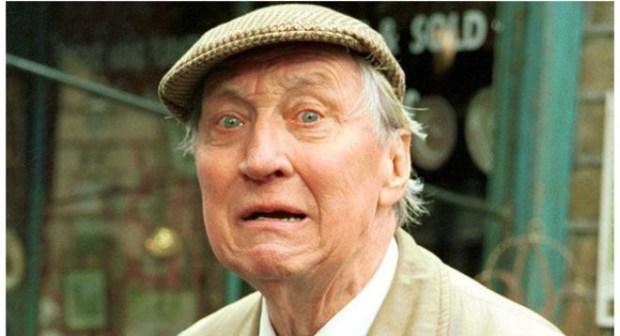 وفاة الممثل ستيفن لويس عن 88 عاما