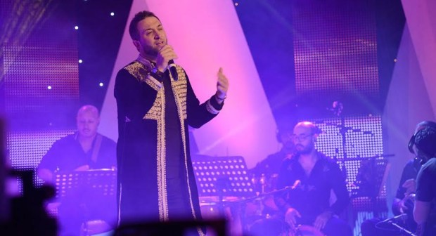 رياض العمر يبعث برسالة حب للملك محمد السادس ببرنامج تغريدة ويغني الصحرا ديالنا
