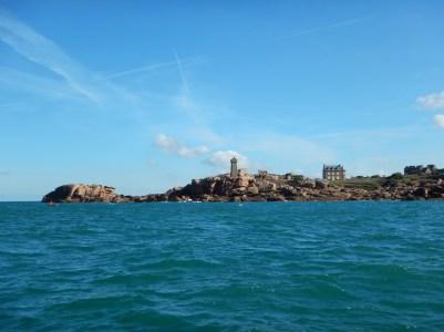 Le phare Men Ruz (roche rouge) à l'approche de Ploumanac'h