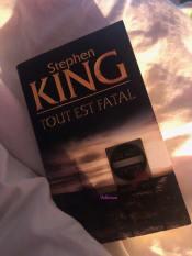 uverture du livre Tout est fatal de Stephen King posé sur une couette blanche