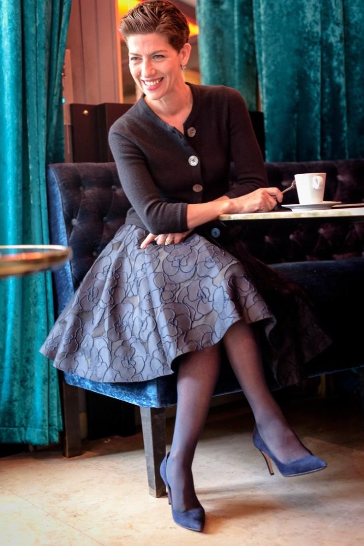 Jupe Tara Jarmon au café de la Pépinière à Paris