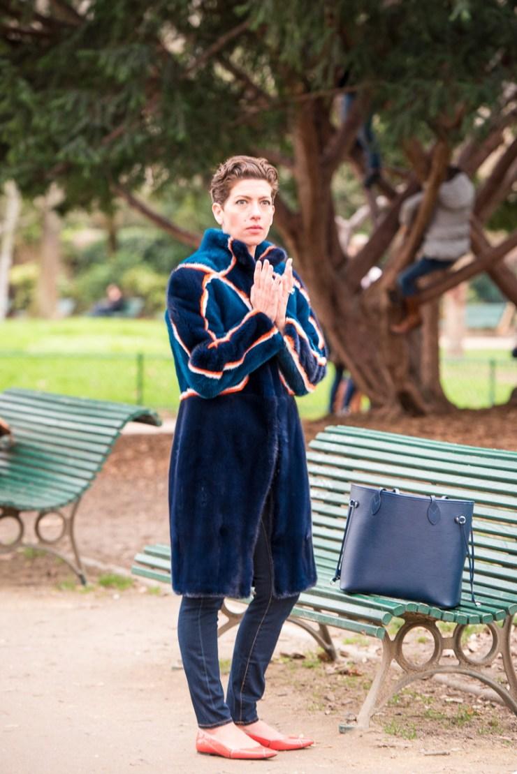 Parc Monceau avec une fourrure Fendi bleue
