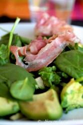 Salade d'avocat, pancetta et pignons de pin