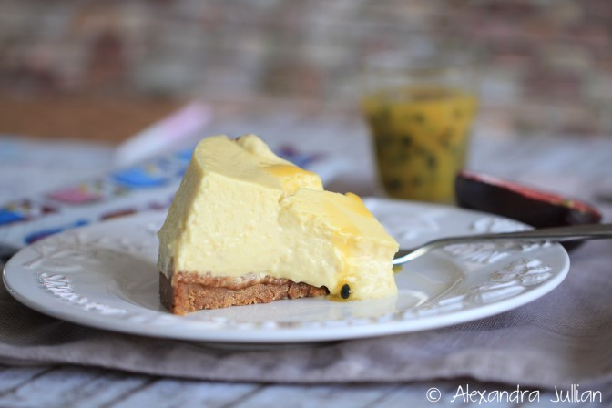 Cheesecake à la mangue accompagné d'un coulis de fruits de la passion