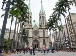 CATEDRAL DA SÉ Su nombre oficial es el de Catedral Metropolitana de São Paulo, pero la mayoría de los paulistanos se refiere a ella como Catedral da Sé. Su altura, sus bóvedas, sus arcos apuntados y sus vidrieras recuerdan a las catedrales góticas europeas. Al estar construida siglos más tarde que aquellas (comenzó a ser levantada a principios del siglo XX) su estilo se denomina neogótico. Pero la diferencia no está sólo en la época de construcción. Si se observa con atención, es fácil reconocer elementos típicamente brasileños, como capiteles adornados por plantas locales o figuras de animales como el tatu, el sapo boi o el tucán, desconocidos al otro lado del océano. Otra curiosidad de la Catedral de São Paulo es que en su cripta subterránea se encuentra enterrado Tibiriçá, jefe de la tribu de los guaianases. Cuando los jesuitas comenzaron a evangelizar por esta región y fundaron la villa de São Paulo de Piratininga, varias tribus locales habitaban la zona. Tibiriçá, su líder, simpatizaba con los jesuitas y fue el primer jefe indígena en convertirse al cristianismo. Fue él quien decidió donde se levantaría la primera iglesia de la futura selva de piedra. Aquel templo se encontraba en el mismo lugar donde ahora se alza la catedral.