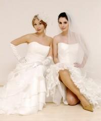 Zwei Models in schicken Brautkleidern sitzen auf dem Boden