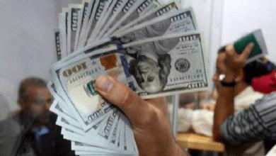 """Photo of سعر صرف الدولار يتجاوز الـ 5500 ليرة بعد تهريب """"حزب الله"""" ما تبقى منه إلى سوريا"""