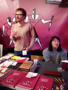 Mail Li Bernard en dédicace pour Mortelle Vinasse, sur le stand de The Hoochie Coochie.