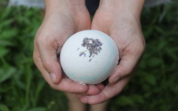 Lavender & Vanilla Bath fizzy with kaolin clay : soothing for the senses and the skin. Turns your bathwater silky soft.