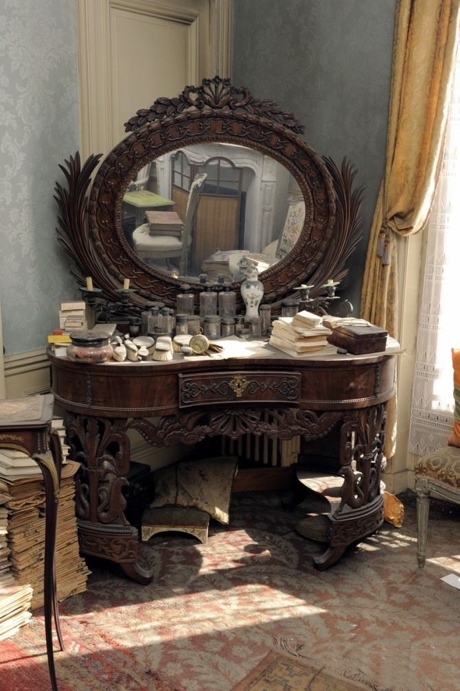 dressing table in De Florian apartment
