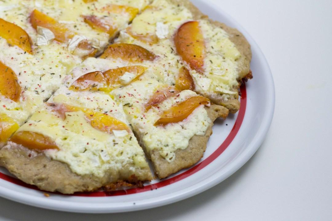 Glutenfreie Pizza bianca mit Nektarinen und Camembert