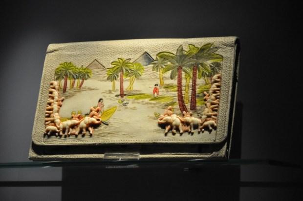 Prachtige tas met ivoor, tentoongesteld in het Tassenmuseum.