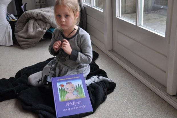 Mijn mopje was een beetje ziek en had weinig puf om met haar boek te poseren, maar ze vond de plaatjes erg mooi.