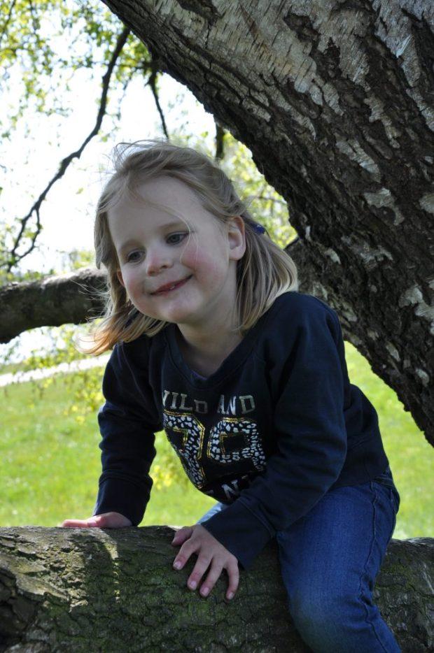 Klauterpeuter in haar nopjes: ze zit in een boom!