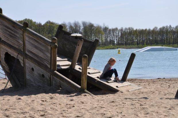 De route start en eindigt op het strand met speeltoestellen. Op de achtergrond zie je de waterskischans.