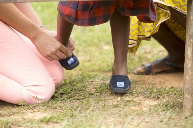 Schoenen die het merk heeft uitgedeeld in Rwanda.