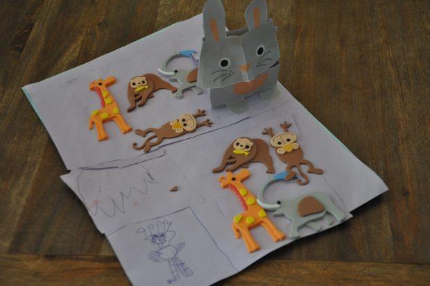 De lijm en de stickers werden direct verwerkt in een mooie knutselwerkje dat de meisjes samen hebben bedacht en gemaakt.