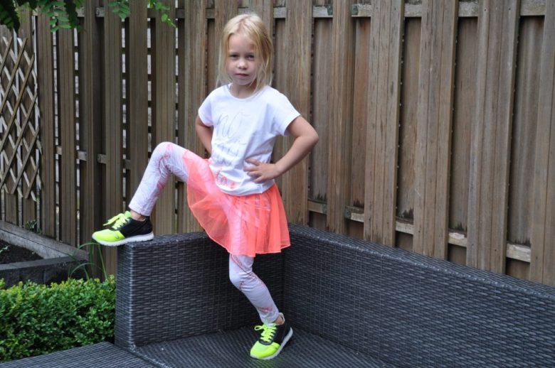 Mijn dochter combineert haar Naturino sneakers met een fluor outfit uit de zomercollectie van NoNo.