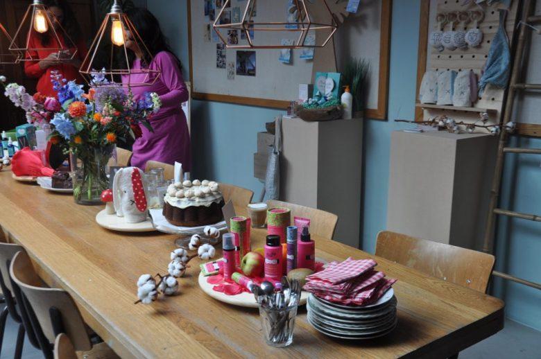 Een tafel vol lekkers en mooie producten.