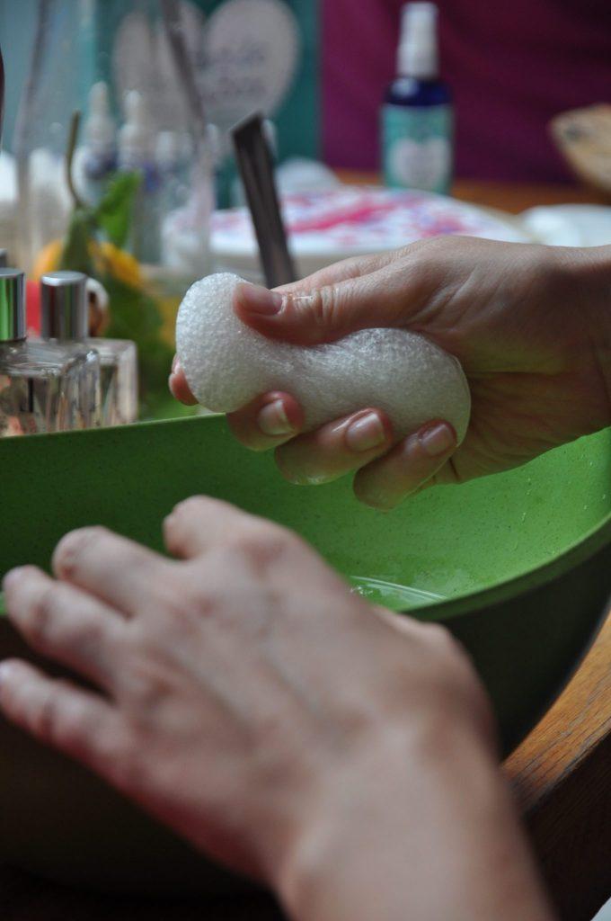 Kidzblogger.nl Yvonne probeert de Sponge Me spons gemaakt van de Konjacwortel uit.
