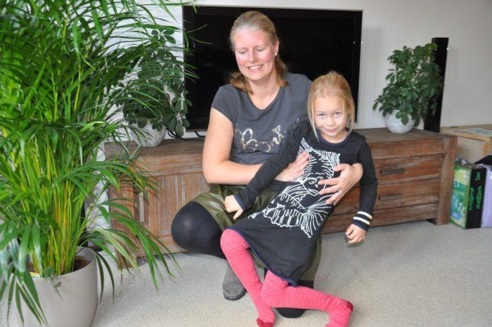 Mama in Sevenbien, dochter in Lovestation met maillot van Little Label.