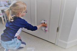 kind poetst deur