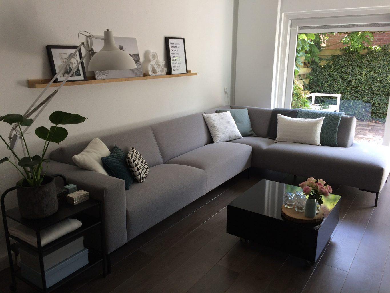 binnenkijker woonkamer grijze bank