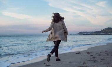vrouw op strand