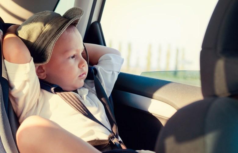 kind op achterbank