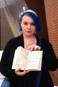 Foto von Esther Althoff mit ihrem recycelten Religionslehrbuch