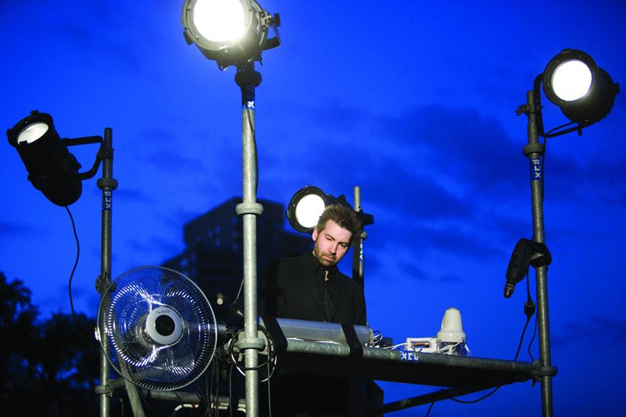 Rochus Aust bei einem Auftritt unter freiem Himmel
