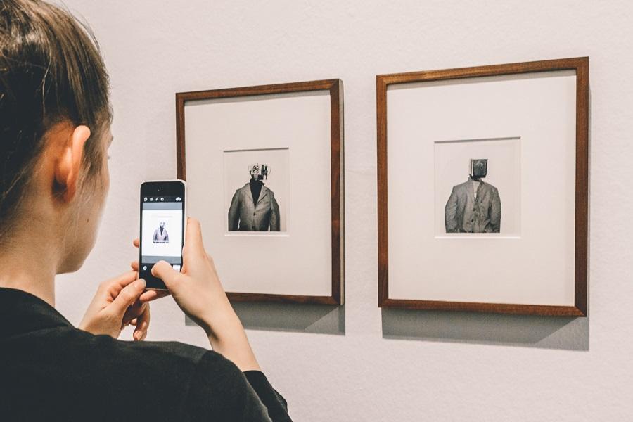 Instagramerin vor einem der Kunstwerke