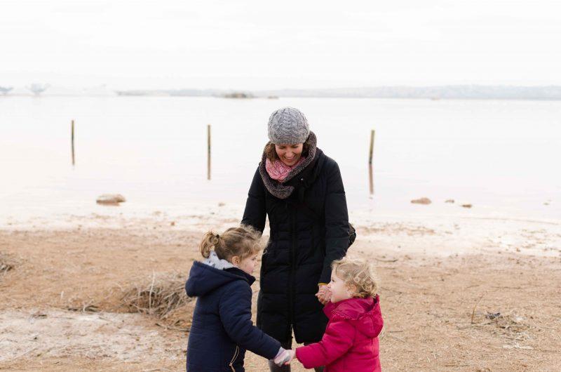 Mamá y sus hijas jugando al corro de la patata en la Laguna Salada de Torrevieja