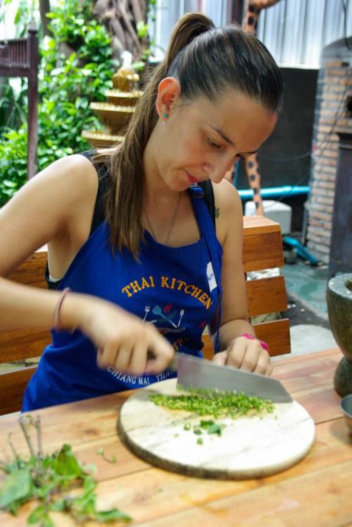 Servidora, picando green chillies /M. H.