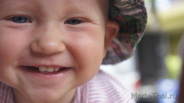 Беби ситтер - кхмерский мальчик